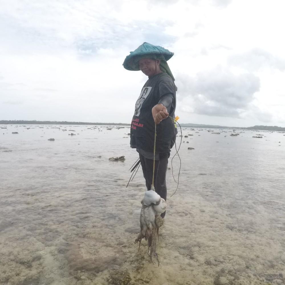 Female Octopus Fisher. Darawa Indonesia
